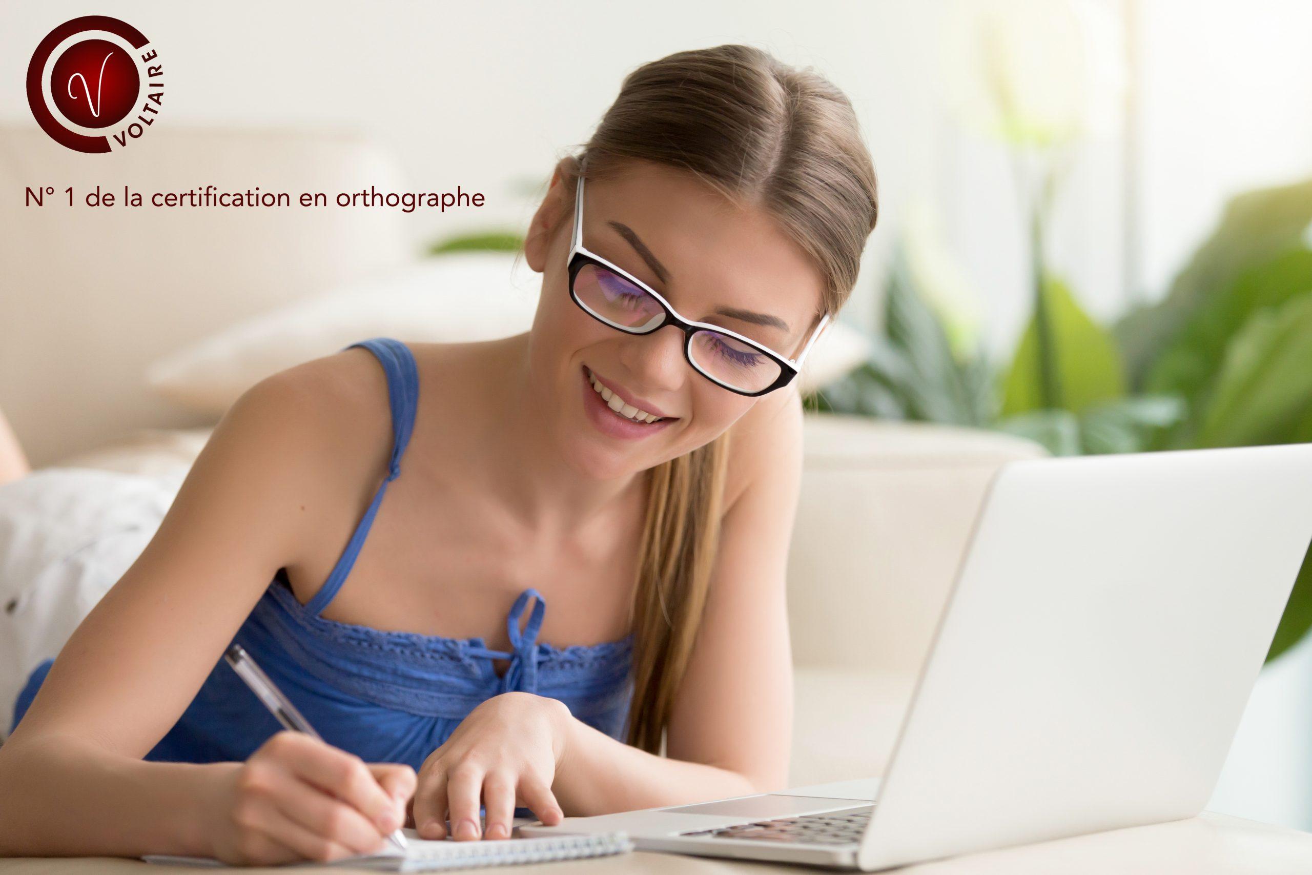 jeune femme qui écrit projet voltaire